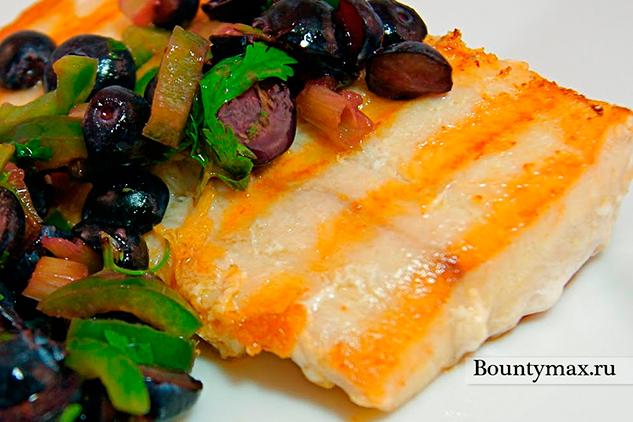 Рыба на гриле с салатом из черники