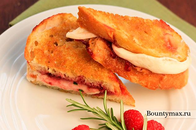 Горячие бутерброды с сыром и малиной