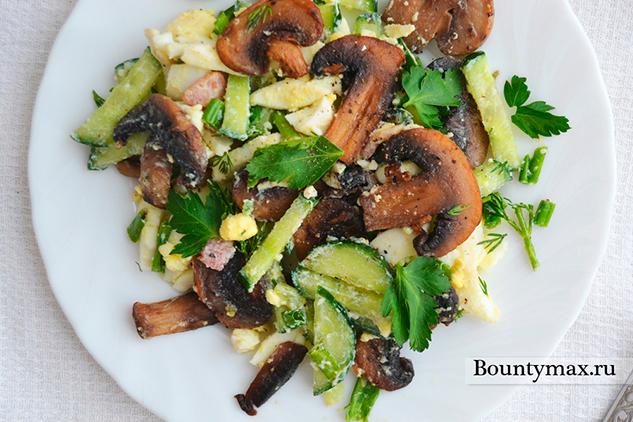 Салат с шампиньонами и зеленью