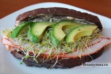 Бутерброд с индейкой, сыром, помидорами и авокадо