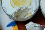 Десерт со взбитыми сливками и лимонным сиропом