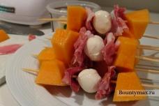Закуска с дыней, ветчиной и сыром