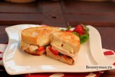 Бутерброды с индейкой, клубникой и сыром