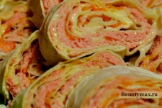 Рулетики из лаваша с сыром, колбасой и помидорами