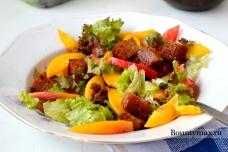 Томатный салат с персиками и гренками