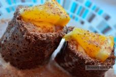 Сладкие роллы из блинов с мороженым и фруктами