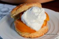 Печенье с персиками и взбитыми сливками