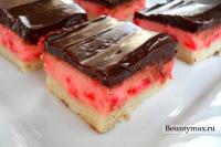 Вишневое пирожное в шоколаде