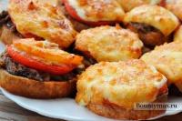 Горячие бутерброды с сайрой, помидорами и сыром