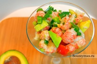 Салат из лангустинов с авокадо и помидорами