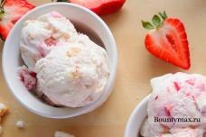 Домашнее мороженое из сливочного сыра с клубникой и бисквитом