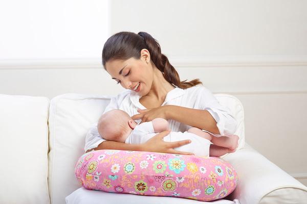 Подушка для кормления грудью - для чего она нужна и стоит ли покупать?